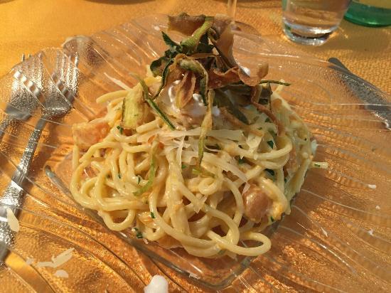 Ristorante La Chioccia D'Oro: Bigoli con carbonara di zucca, burrata, provolone e zucchine croccanti