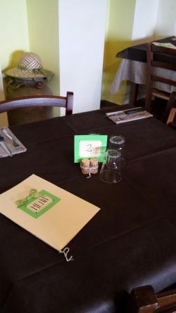 Tolfa, Italia: Nuovo look tavoli e bacheche dei prodotti in vendita