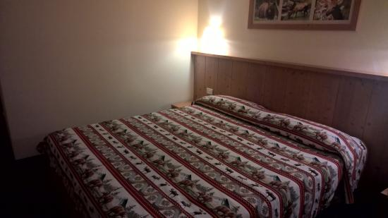 Particolare del letto matrimoniale picture of hotel sole male