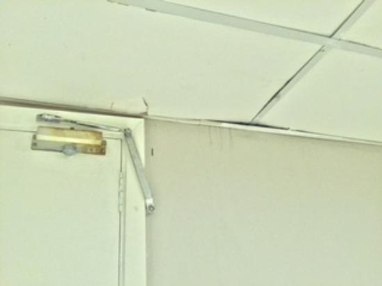 Tropic of Capricorn: Cracked ceiling/damaged door in oceanfront superior room