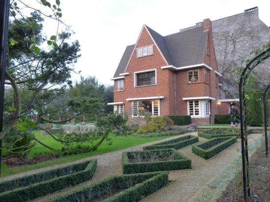 Musée David et Alice van Buuren : View of house from garden
