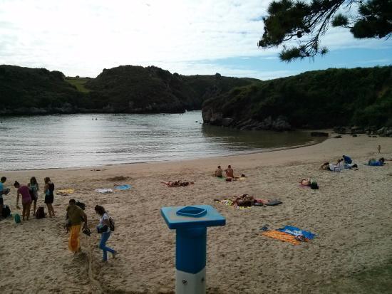 Poo de Llanes, España: Playa - Tarde de puente de agosto