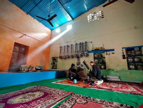 Music Pradise Hall: Taking a sitar lessons