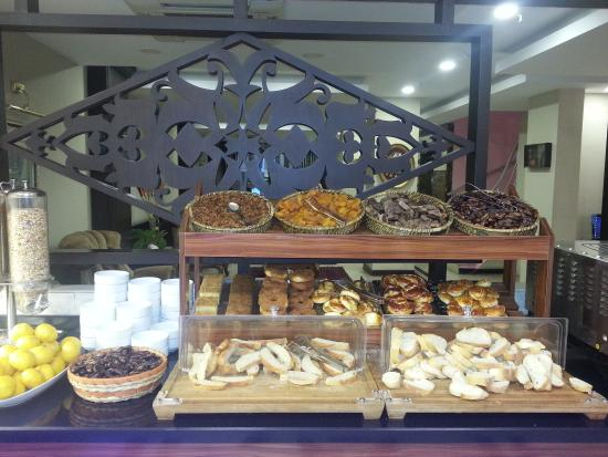 Maywood Hotel: buffet breakfast