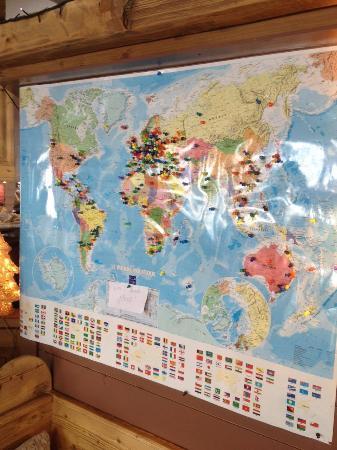Monica's Pub: Tous les clients venant d'un pays étranger mettent une punaise sur notre carte du monde