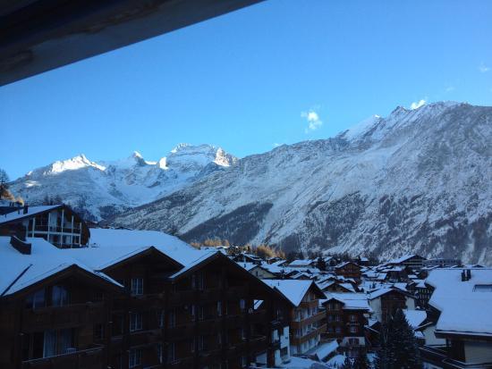 Elite Alpine Lodge: Blick aus dem Fenster im Essbereich