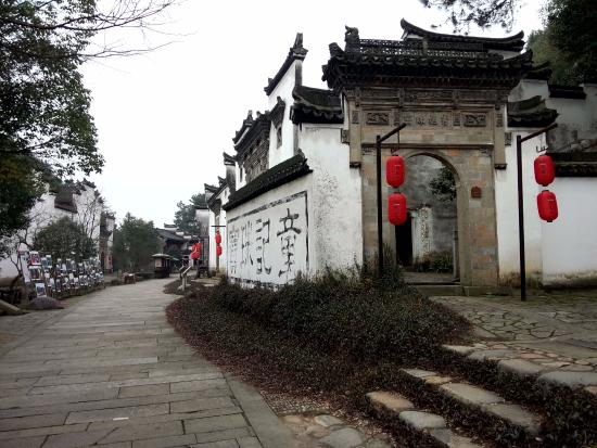Longyou County, China: Old buildings and gateways