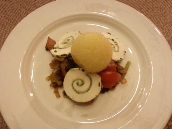 Ediger-Eller, Tyskland: Kartoffelknödel auf Lauchgemüse mit Käse