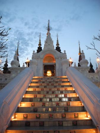 The Dhara Dhevi Chiang Mai : ホテルの外観です。
