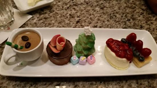 Grand Floridian Cafe: Holiday dessert sampler