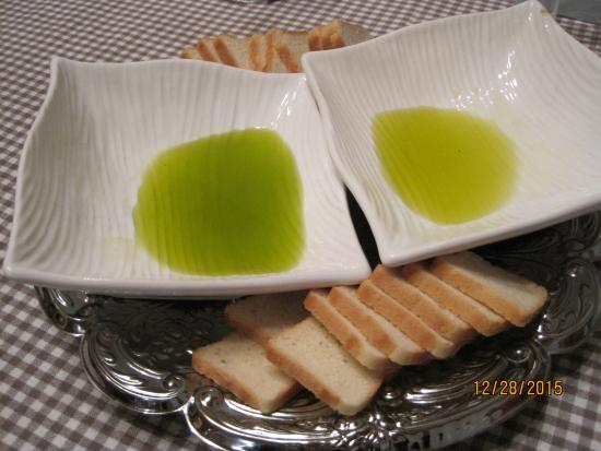 Cadenet, Francja: Truffle oil and Les Pastras regular olive oil