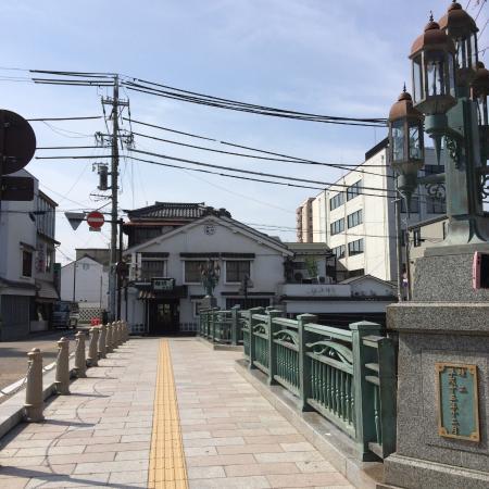 Mingeisabomarumo: 橋の向こうに見える