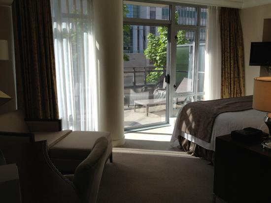 L'Hermitage Hotel: Bedroom looking out to deck in one-bedroom suite.