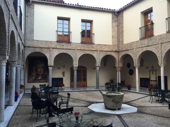 NH Collection Amistad Córdoba: Courtyard in hotel