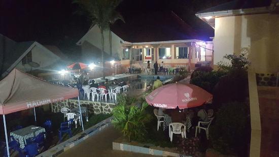 Vue de nuit de l'hôtel Karibuni à  Bunia