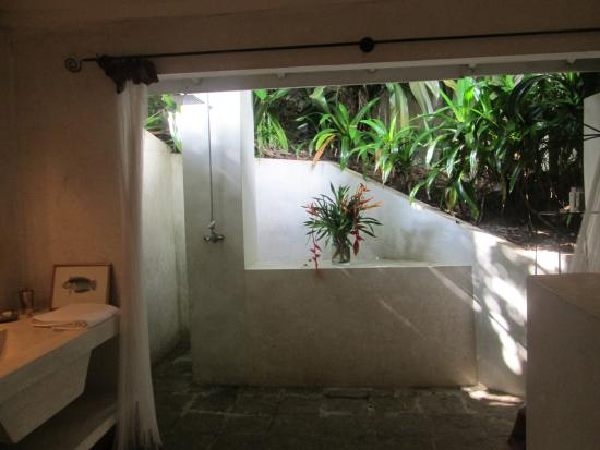The Sun House: outdoor bathroom for Hibiscus