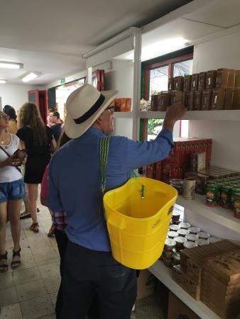 Coffee Shop La Tienda de los Mecatos: Clientes cosechando productos de Cafe de Colombia