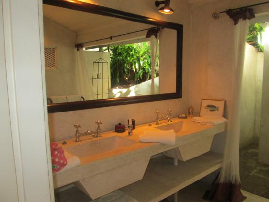 The Sun House: bathroom for Hibiscus
