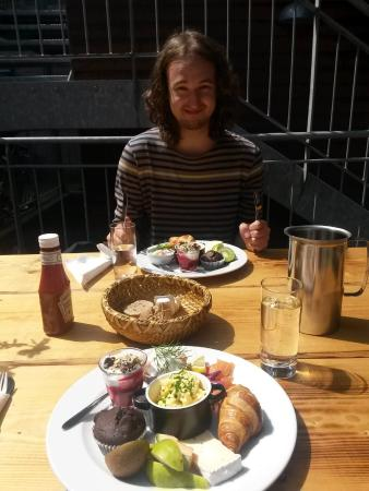 Thisted, Dinamarca: Lækkert brunchtallerken m. fisk på Cafe Baghuset, med min kæreste :)