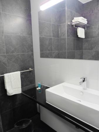 De badkamer - Foto van Bastion Hotel Tilburg, Tilburg - TripAdvisor