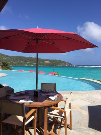 Canouan Estate Villas & Residences: Pool bar patio and pool at Pink Sand