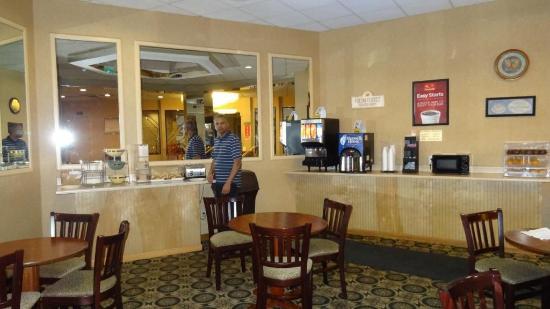 Econo Lodge Jersey City: Breakfast room was average