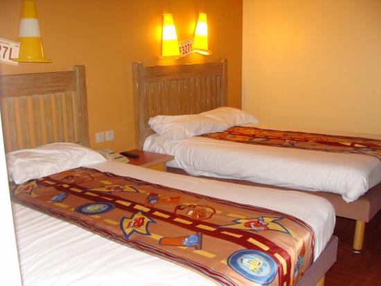 Habitaci n camas colchas con motivos cars picture of disney 39 s hotel santa fe marne la - Chambre hotel santa fe disney ...