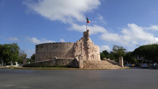 Hotel Ibis Merida: Monumento a La Patria