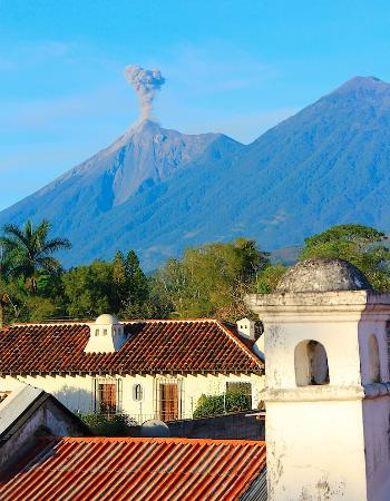 Hotel Posada San Pedro: Vulcan Fuego erupting as seen from rooftop terrace