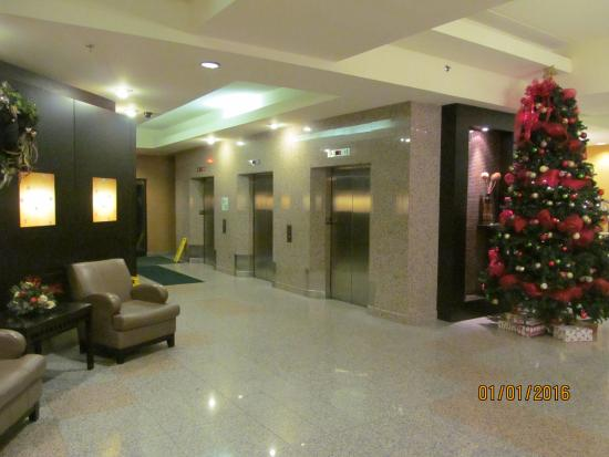 Holiday Inn & Suites - Ambassador Bridge: Another view of the lobby.