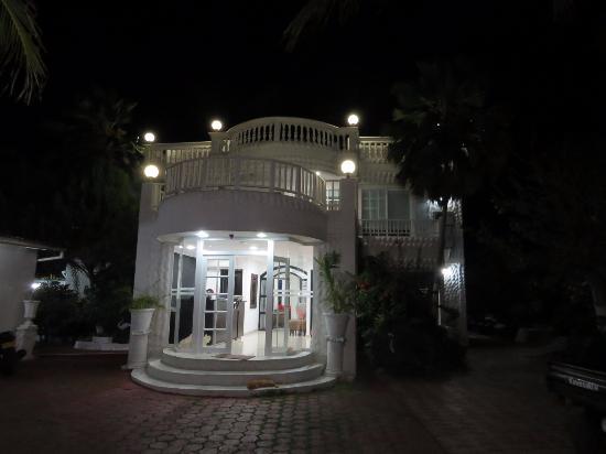 Hotel Boutique Le castel blanc: Recepção anoite