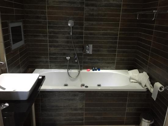 Roomzzz Manchester City Jacuzzi Bathroom