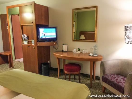 Mueblebar, TV y escritorio  Picture of Hotel Mercure Wien