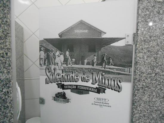 Soledade de Minas, MG: Porta dos banheiros, com linda foto antiga da Estação.