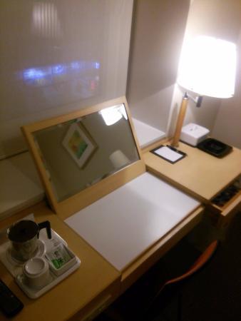Library Hotel Sendai - Ekimae: 天板持ち上げると・・・鏡台に変身