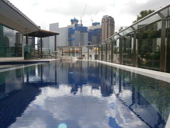 Santa Grand Hotel Bugis: 4階にあるプールです。朝7時から開いてます。