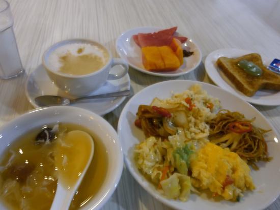 Santa Grand Hotel Bugis: 朝食です。毎日内容が変わります。美味しかった♪