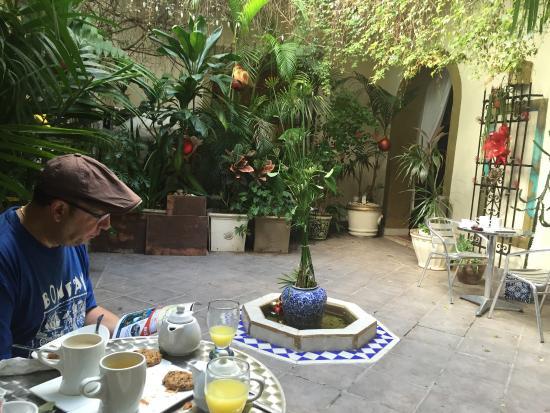 Hotel Julamis: Breakfast area in the courtyard