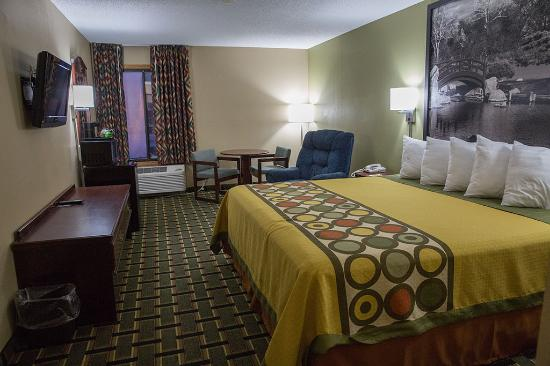 Canton, IL: Single King Bedroom