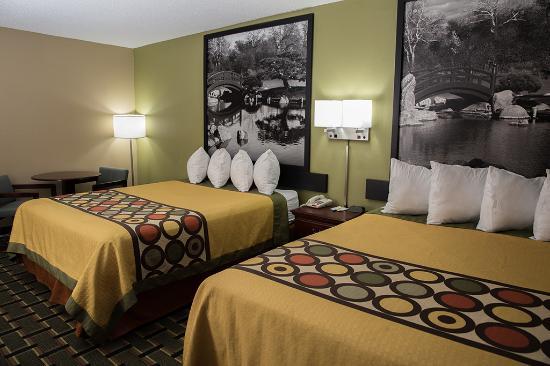 Canton, IL: Double Queen Bedroom