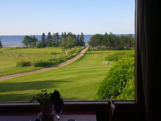 Amherst, Canadá: Summer View From Dining Room