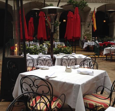 The Mission Inn Hotel and Spa: テラスはテーブルがとても限られてます。