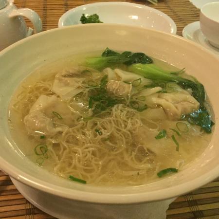 ワンタン麺。本物の味なのかもしれませんが私には水っぽい