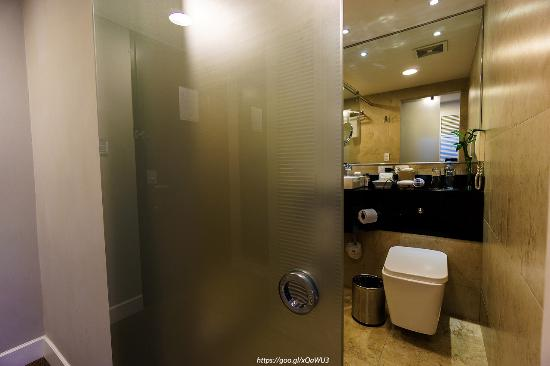 Hotel Oro Verde Guayaquil: sliding glass door for great steam shower