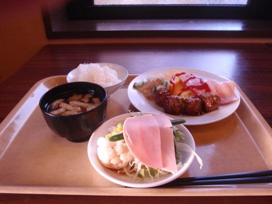 Hotel Route Inn Sendai Izumi Inter: 朝食のバイキングです。バイキングだとつい盛りすぎてしまいます。