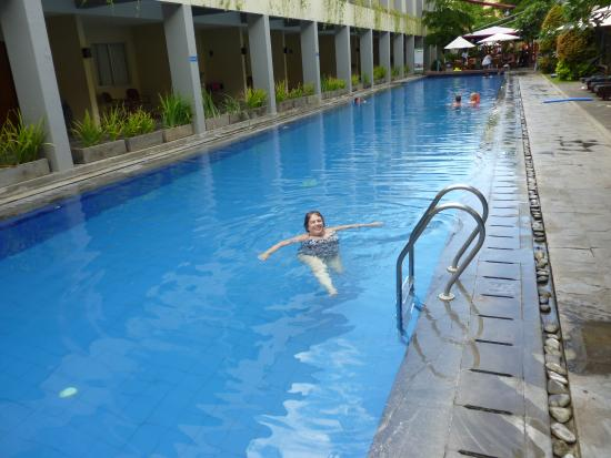 Kuta Station Hotel: Pool with rooms beside and pool bar at the end.  Has kiddie pool and playground other side of ba