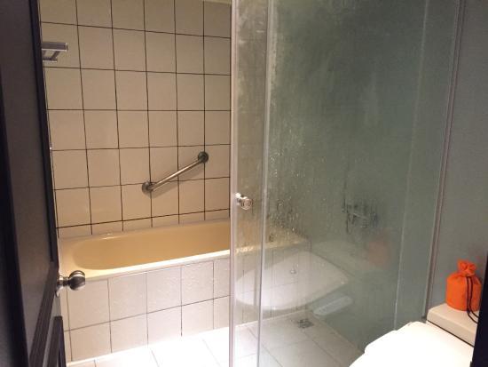 Forte Green Garden Apartments: 浴槽(使用後でくもっています・・)