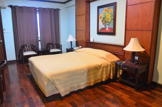 Vansana Riverside Hotel: Chambre avec vue sur le fleuve et donnant sur le Boulevard