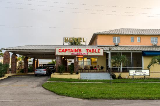 The Captain's Table Lodge: Hotel view from the road