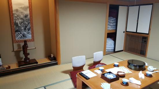 Ryokan Sansui: room with welcome tea and snack